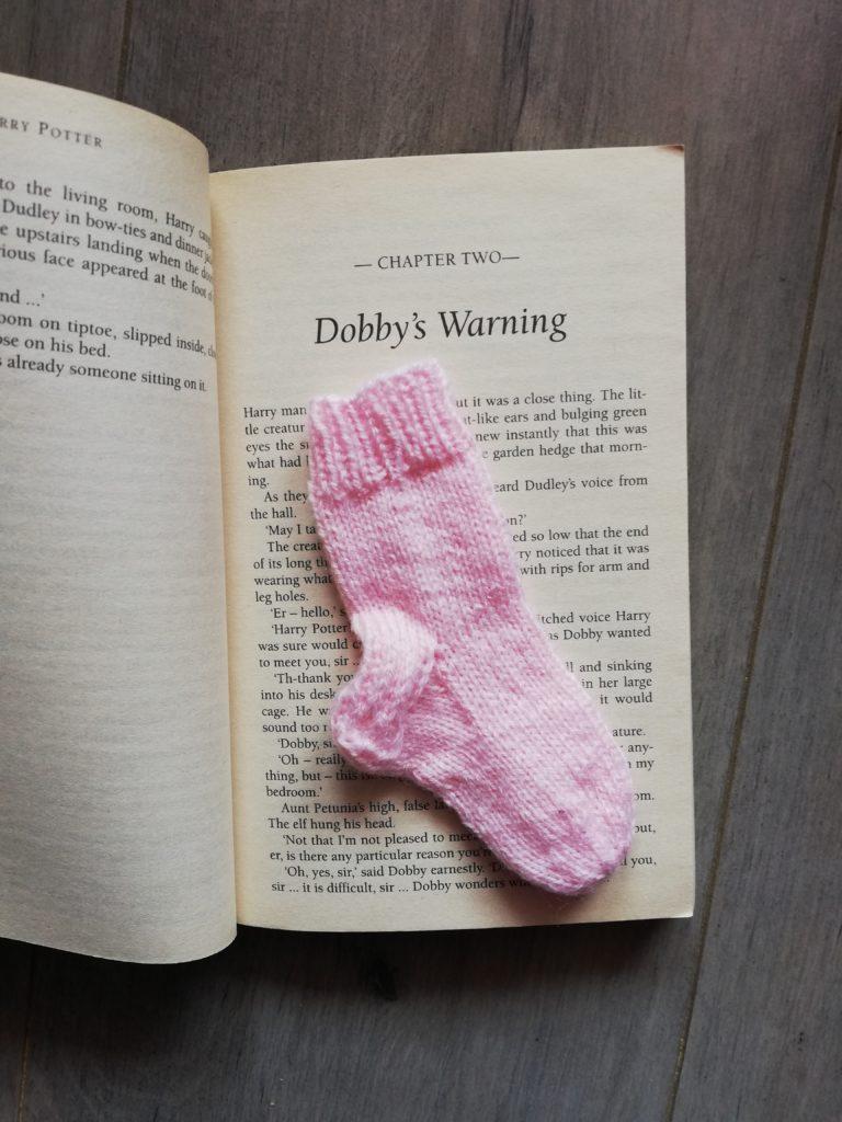 marque page tricot chaussettes dans livre